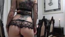 Gothgirl AlissaNoir stopft sich ihre Löcher