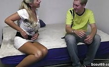 Bijenny wird von einem Jungschwanz erkannt