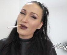 Mira Grey – Tief Blasen mit Zigarette