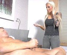 Tight Tini – Neuen Stiefvater beim Masturbieren erwischt